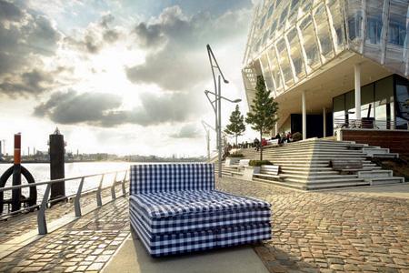 Hamburger Fotokunst: Es steht ein Bett am Elbstrand