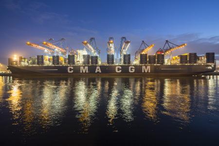 Das größte Containerschiff der Welt legte in Hamburg an