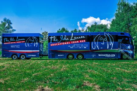 John Lennon Educational Tour Bus das erste Mal  in Deutschland – erste Station ist die Beatles-Stadt Hamburg