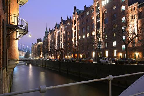 Hamburg – Weiterer Speicherstadt-Block illuminiert