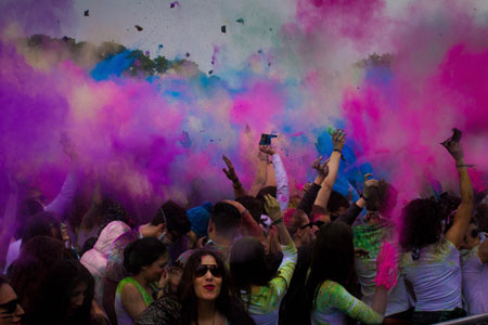 20.000 Fans kamen zum Hamburger Holi Festival of Colours