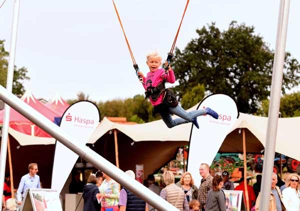 Buntes Showprogramm beim traditionellen Hoffest – Erdbeerhof – in Delingsdorf